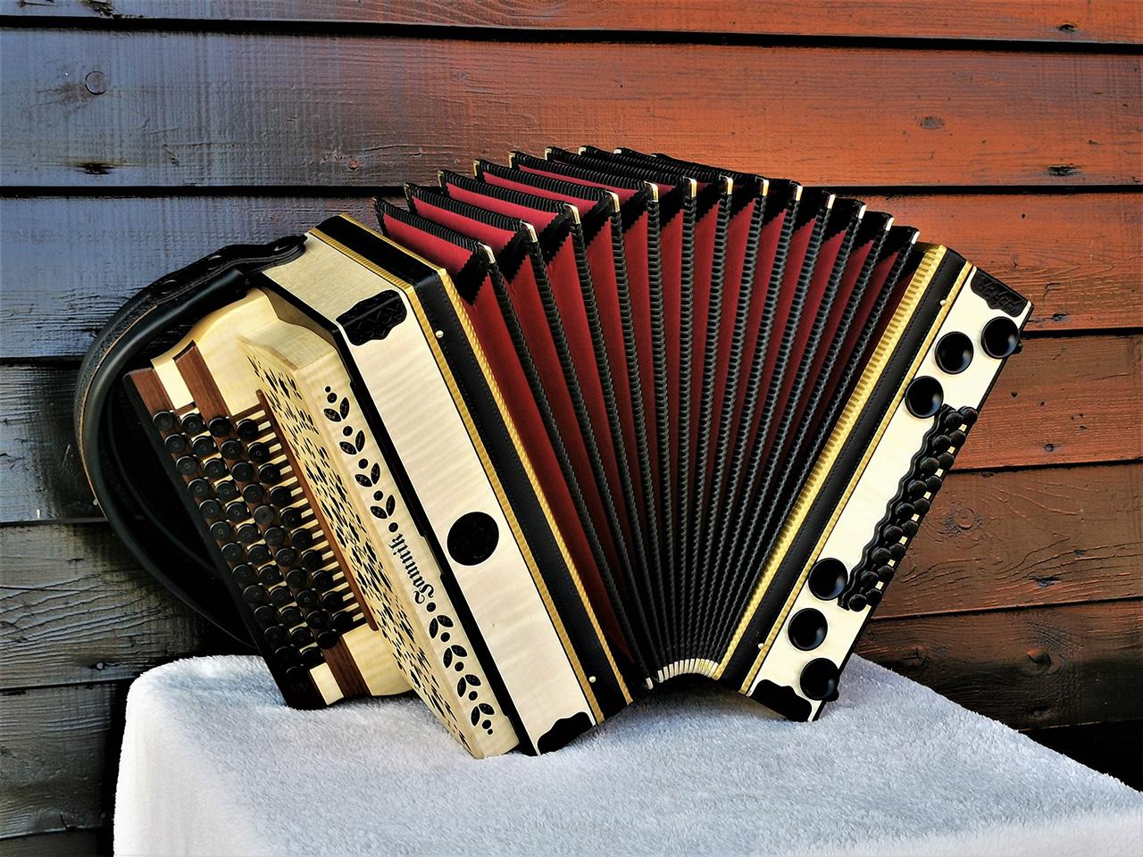 Steirische Harmonika Ahorn geriegelt von vorne