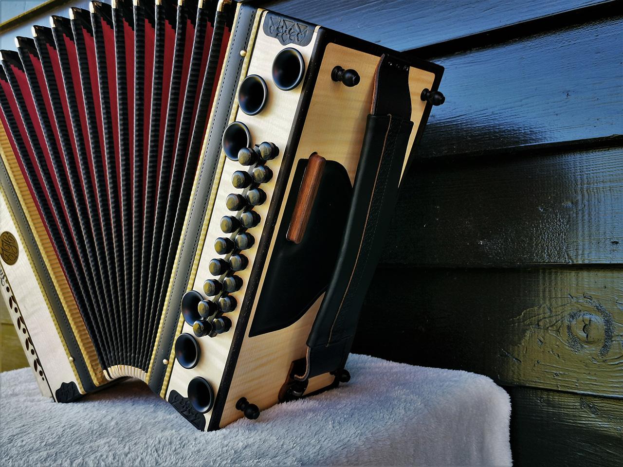 Steirische Harmonika Ahorn geriegelt Balgfarbe