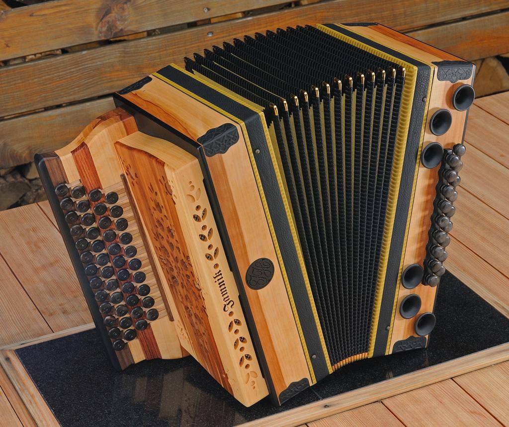 Harmonika aus Apfelholz von vorne