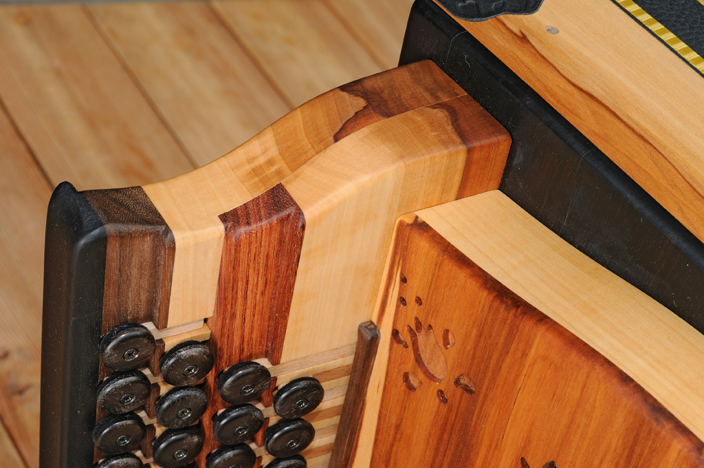 Harmonika aus Apfelholz Griffstock Details