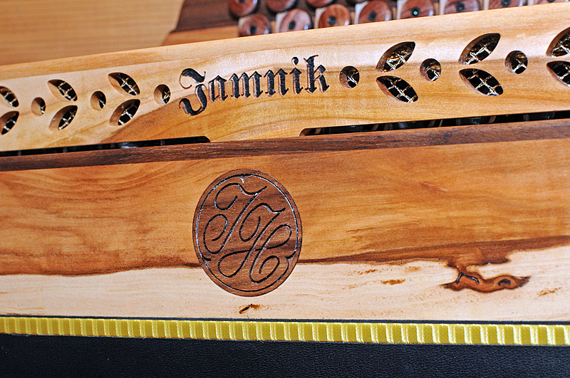 Steirische Harmonika Apfelholz Dekor