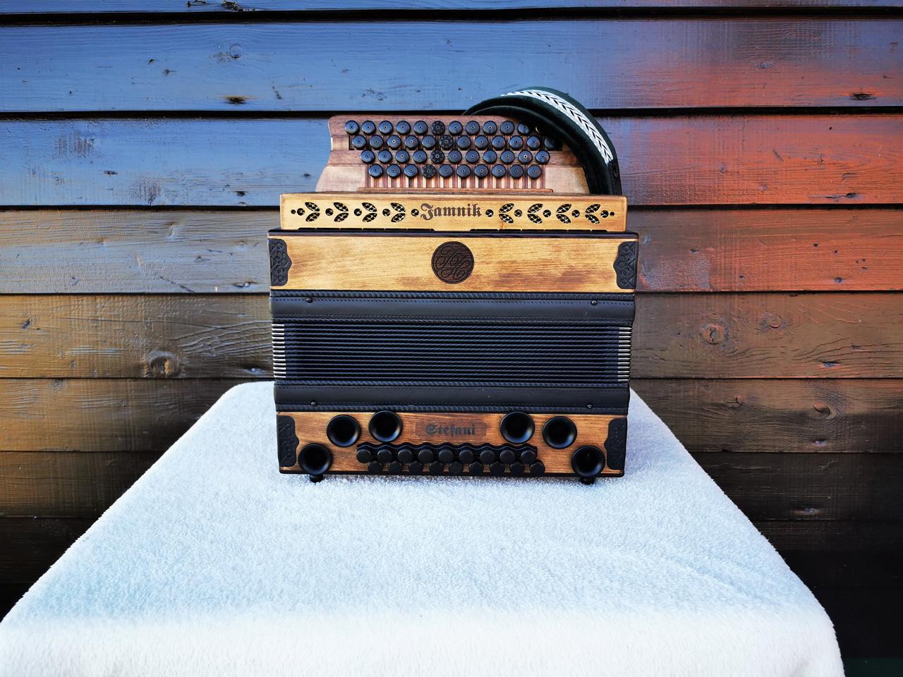 Steirische Harmonika Fichte gebeizt von vorne