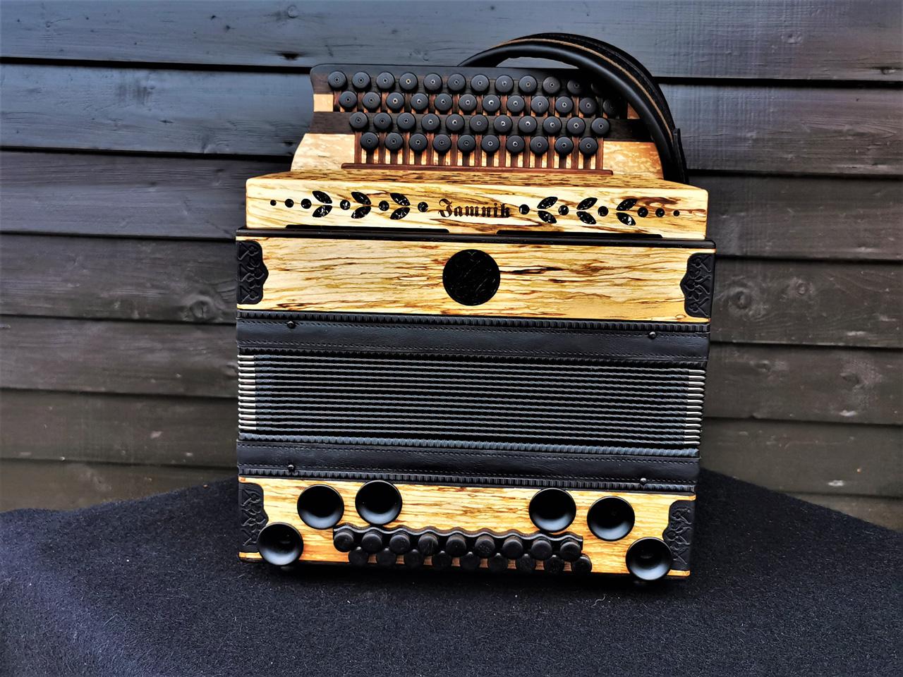 Steirische Harmonika aus Erlenholz - von vorne
