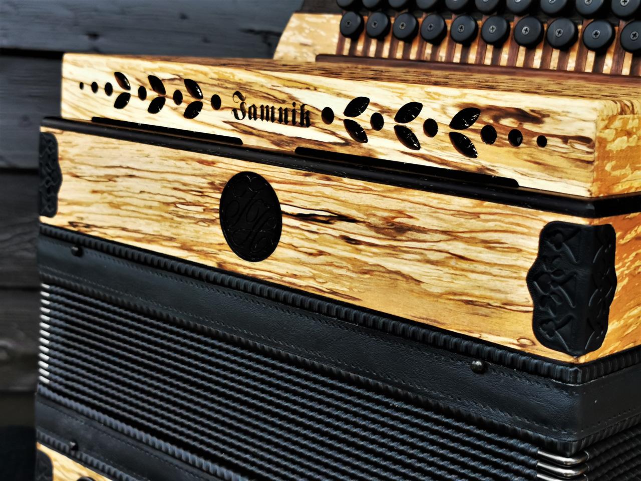 Steirische Harmonika aus Erlenholz - Dekor