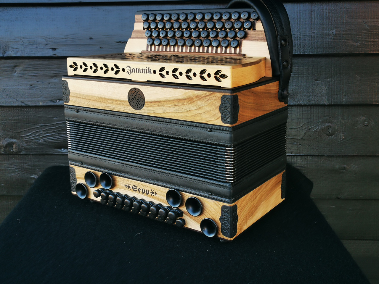 Steirische Harmonika aus der heimischen Nuss von der Seite