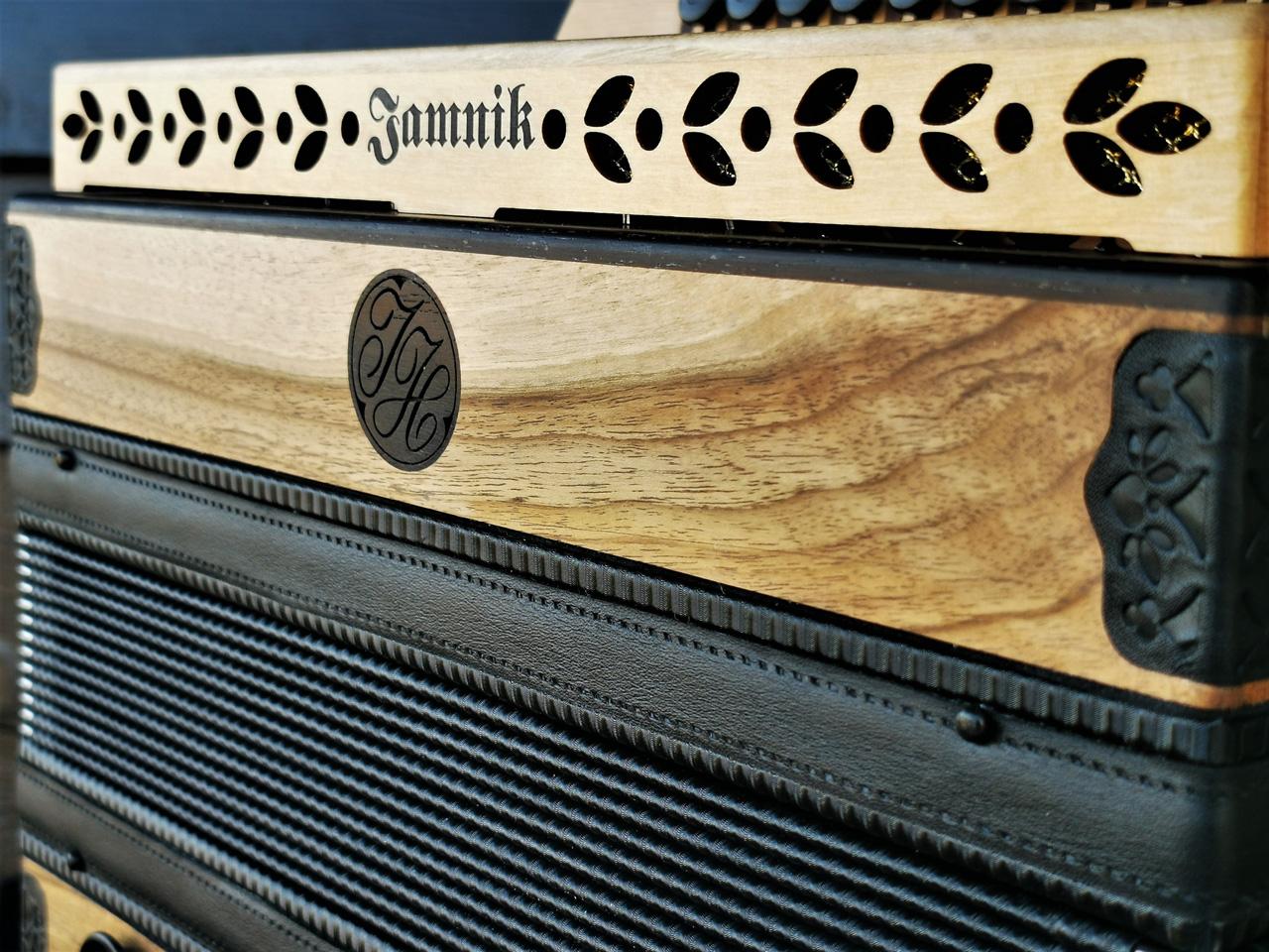 Steirische Harmonika aus der heimischen Nuss Dekor