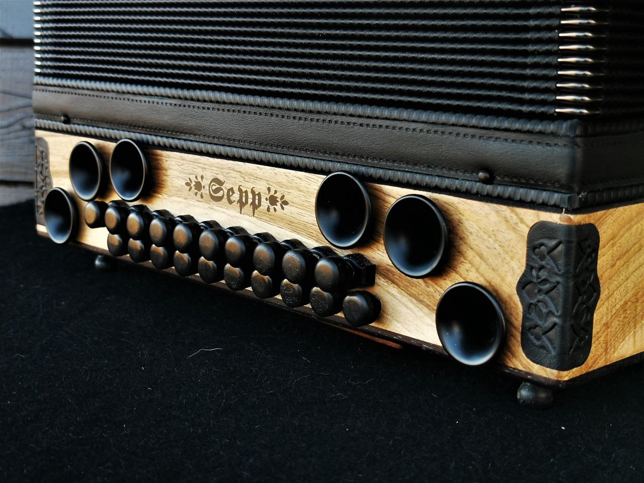 Steirische Harmonika aus der heimischen Nuss Bass-Seite
