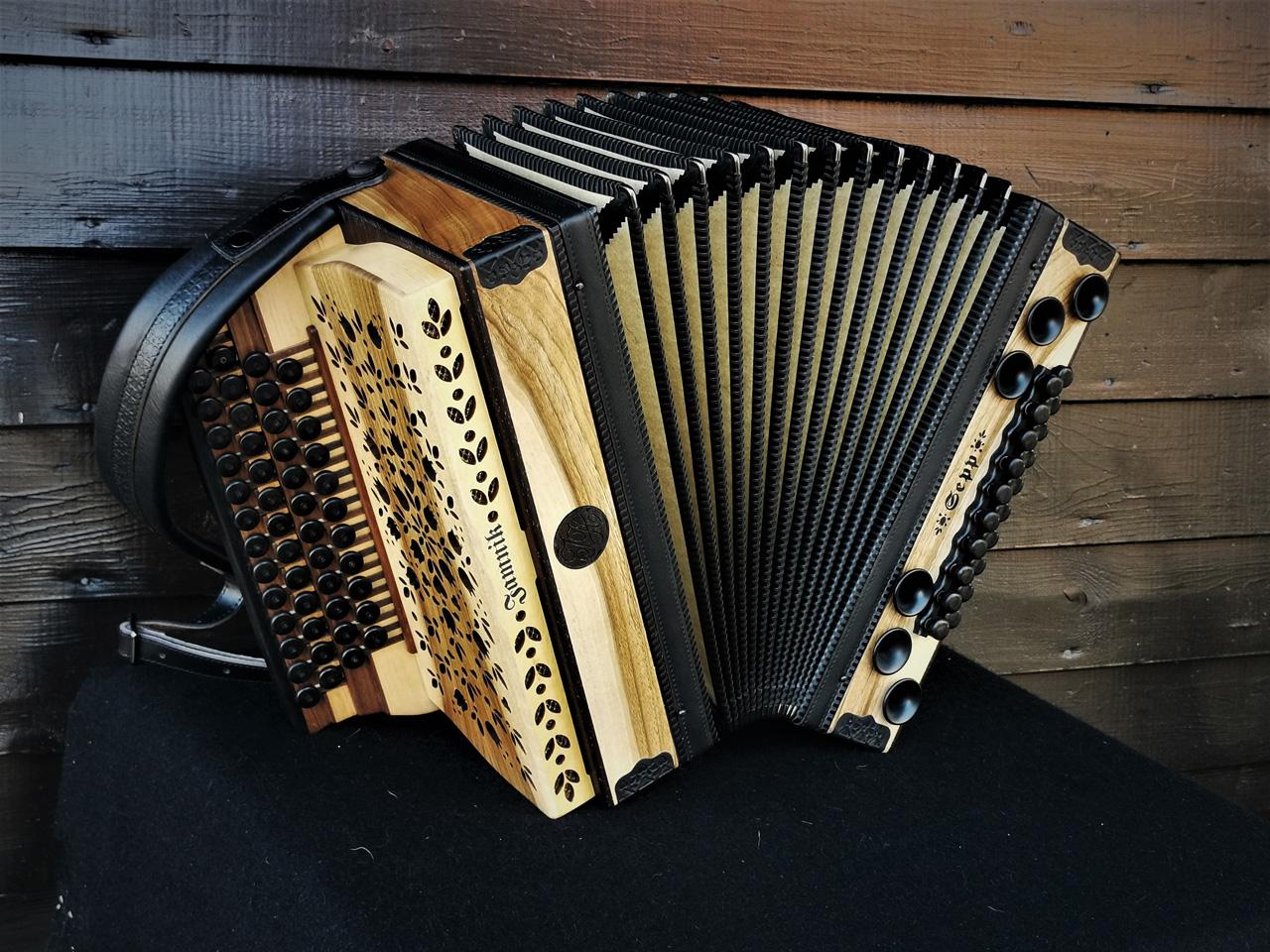 Steirische Harmonika aus der heimischen Nuss