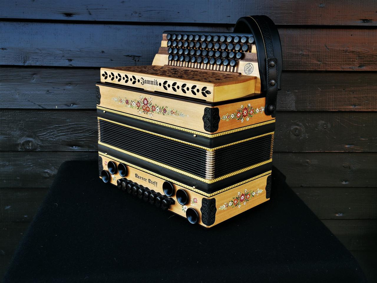 Steirische Harmonika aus Lärchenholz mit Bauernmalerei von der Seite