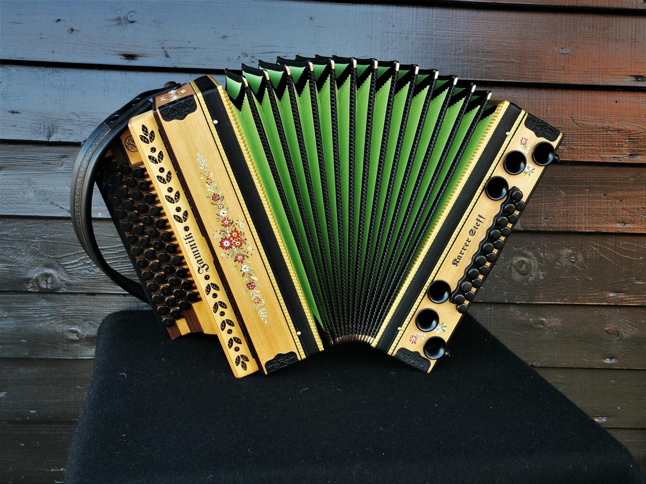 Steirische Harmonika aus Lärchenholz mit Bauernmalerei