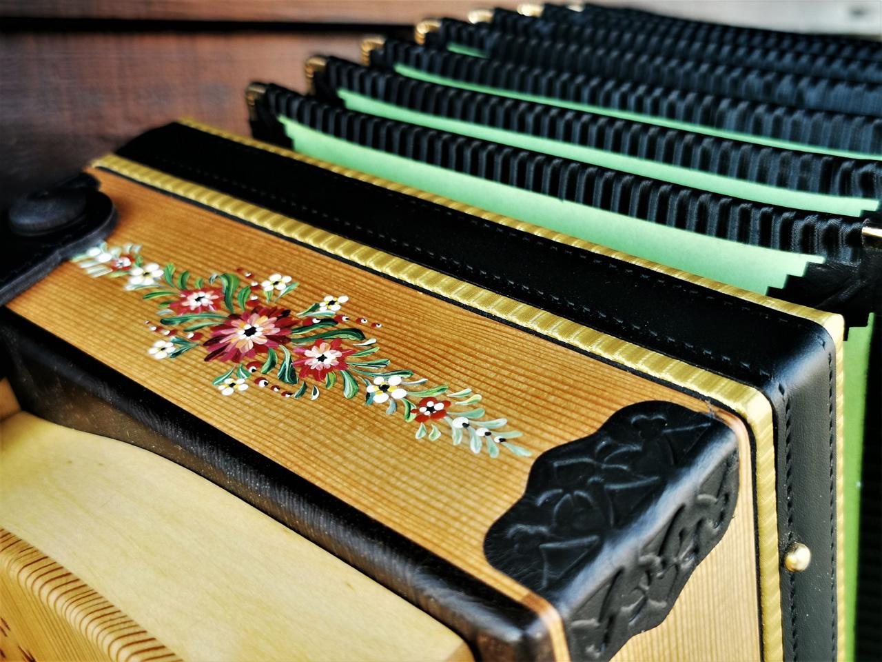 Steirische Harmonika aus Lärchenholz mit Bauernmalerei von oben