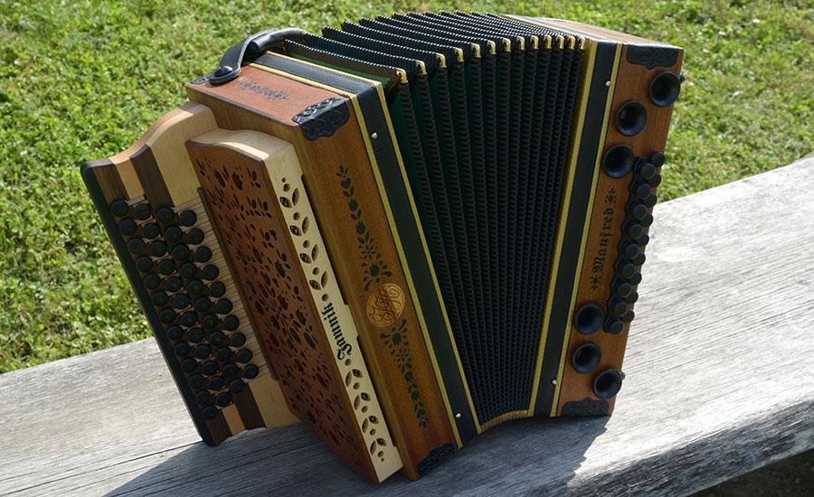 Steirische Harmonika Mahagoni von vorne