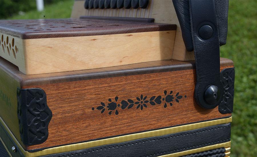 Steirische Harmonika Mahagoni Seitenansicht