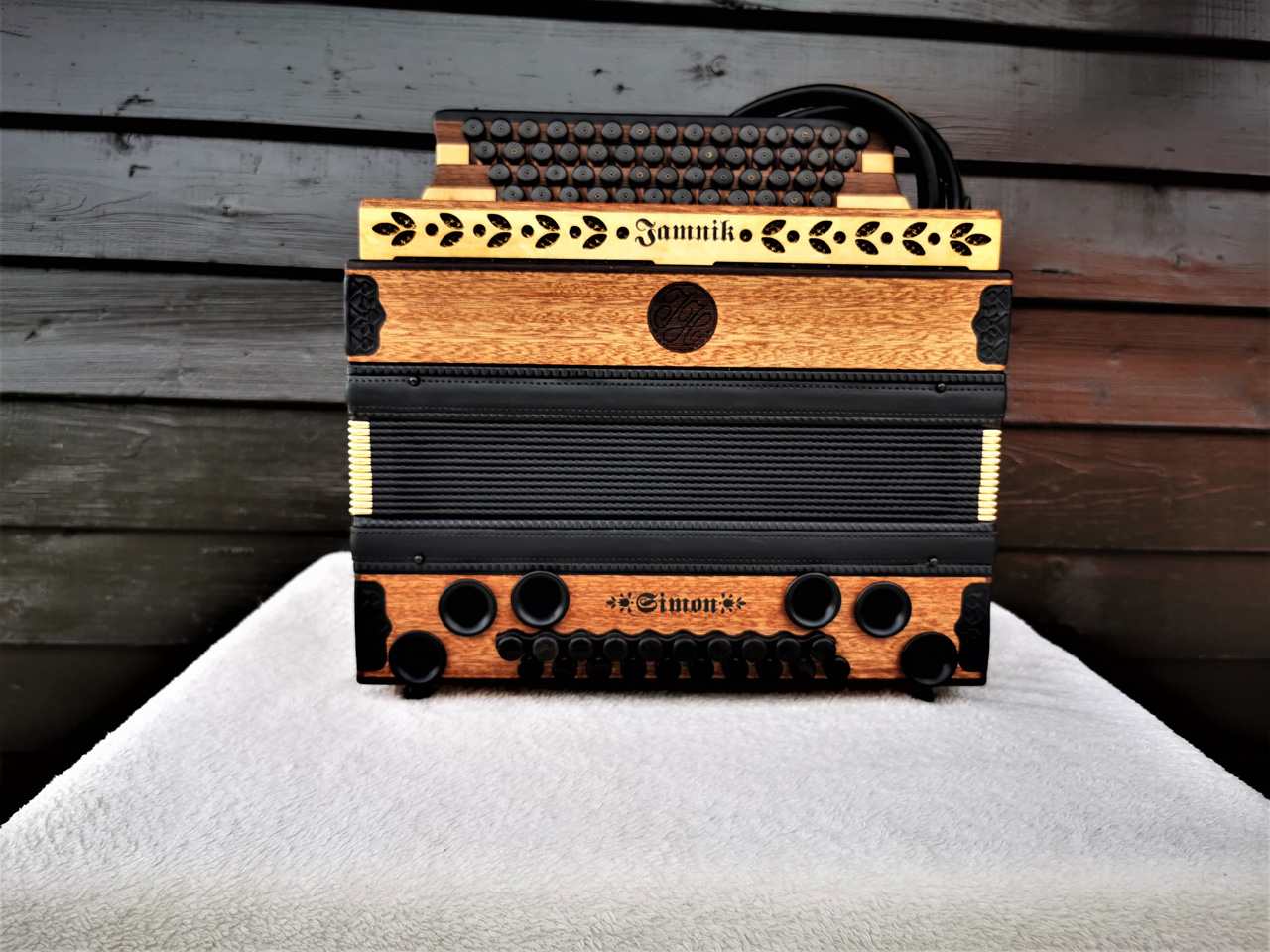Steirische Harmonika aus Mahagoni-Holz von vorne