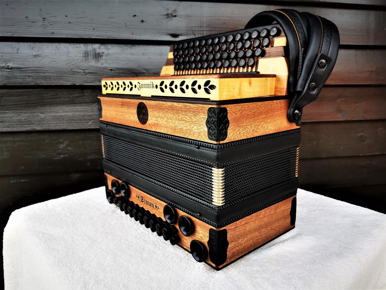 Steirische Harmonika aus Mahagoni-Holz von der Seite