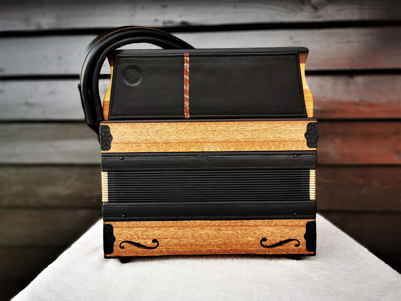 Steirische Harmonika aus Mahagoni-Holz Rückseite