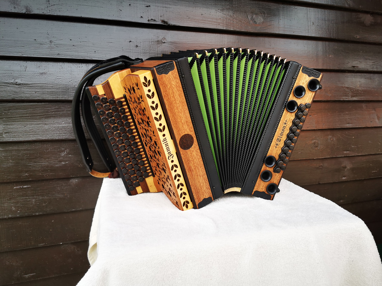Steirische Harmonika aus Mahagoni-Holz