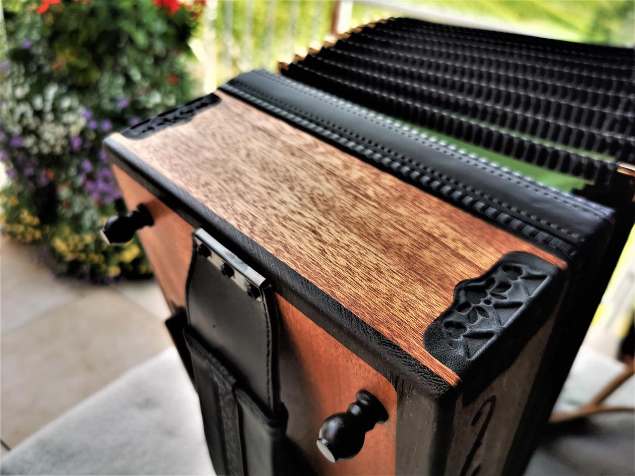 Steirische Harmonika aus Mahagoni-Holz von oben