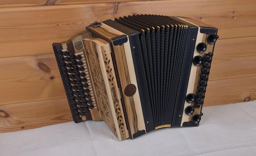 Steirische Harmonika Nußbaum von vorne
