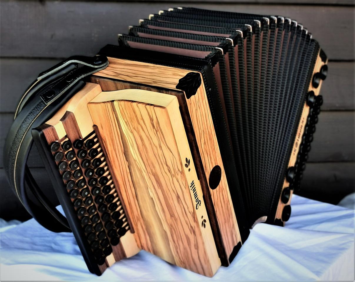 Steirische Harmonika aus Olivenholz von der Seite