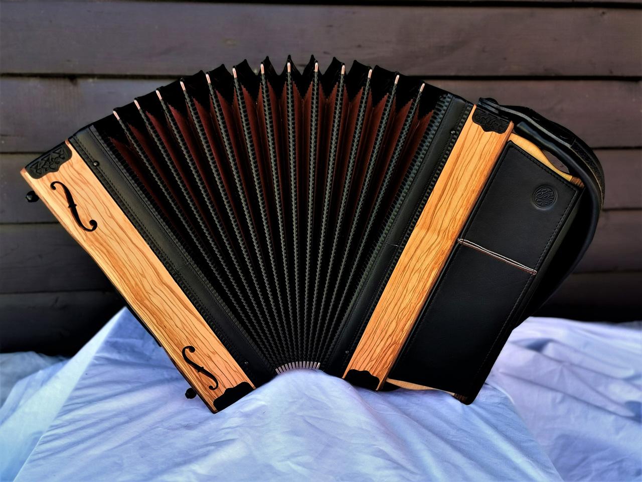 Steirische Harmonika aus Olivenholz