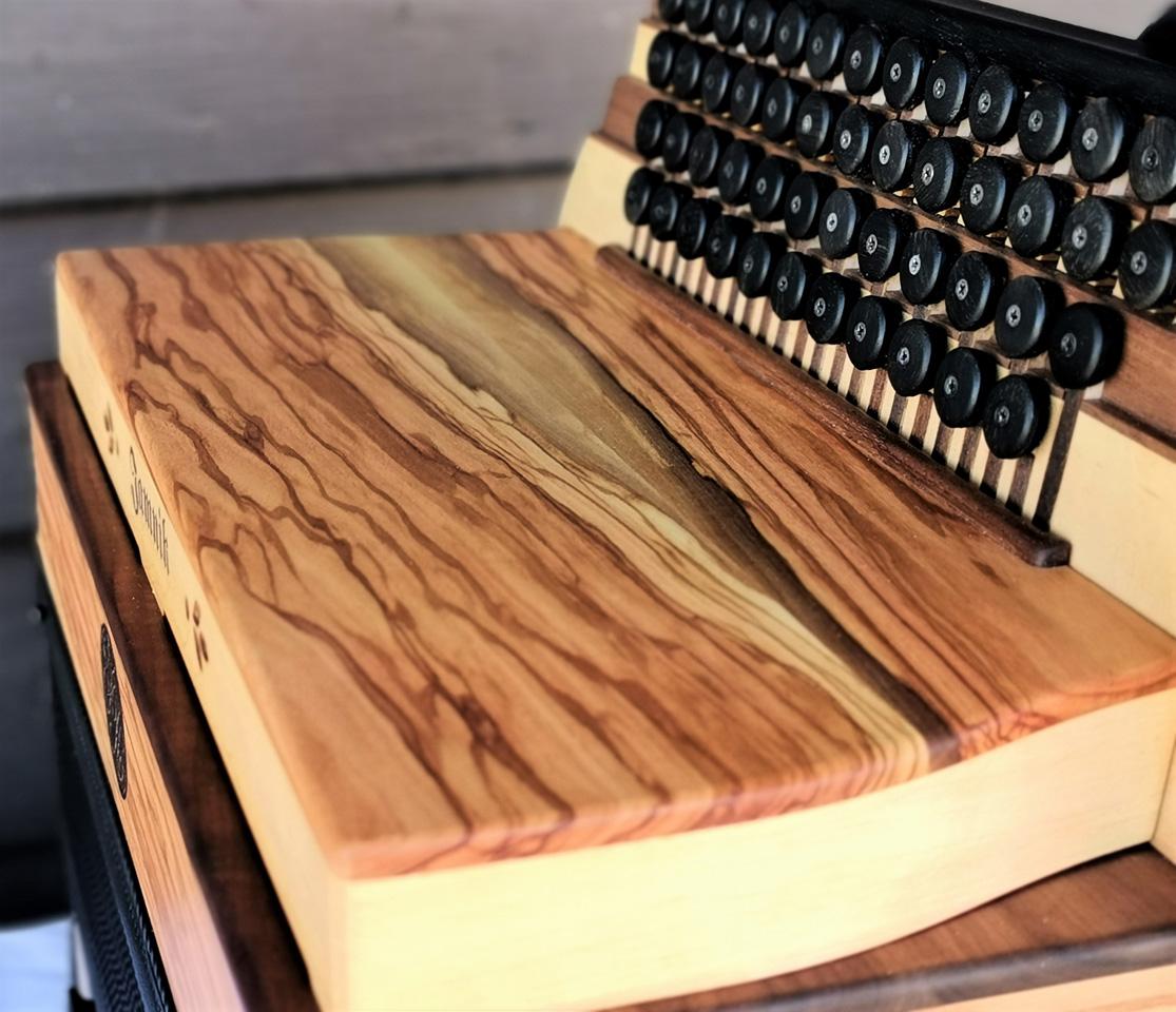 Steirische Harmonika aus Olivenholz geschlossenes Verdeck