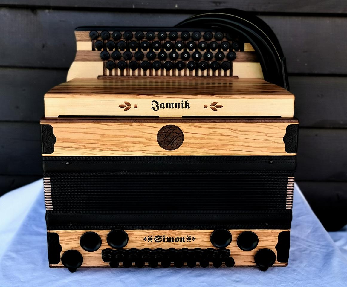 Steirische Harmonika aus Olivenholz von vorne