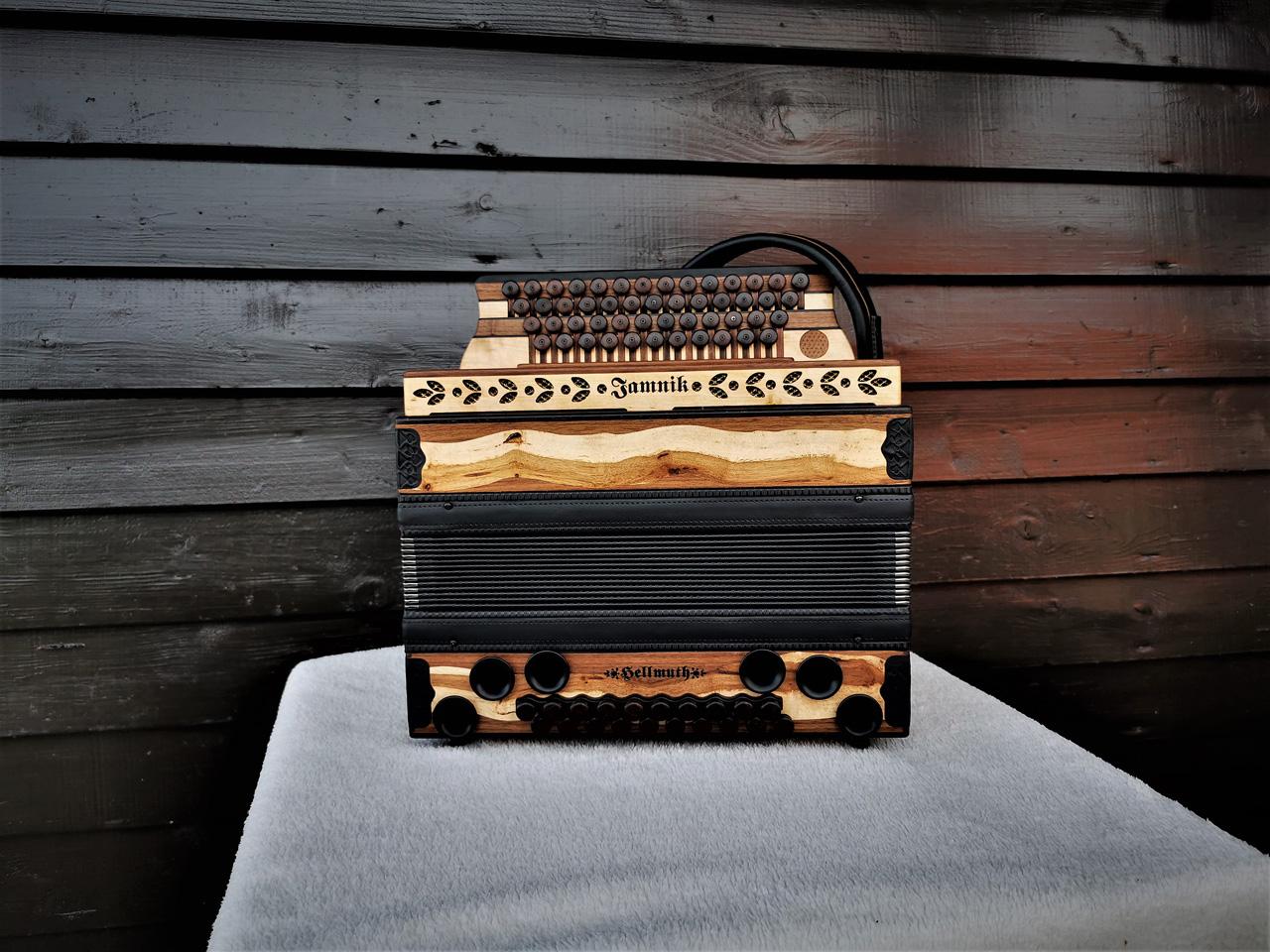 Steirische Harmonika aus Weinreben-Holz von vorne
