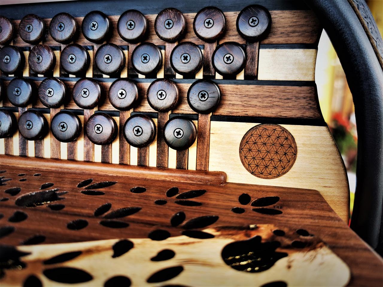 Steirische Harmonika aus Weinreben-Holz Lebensblume