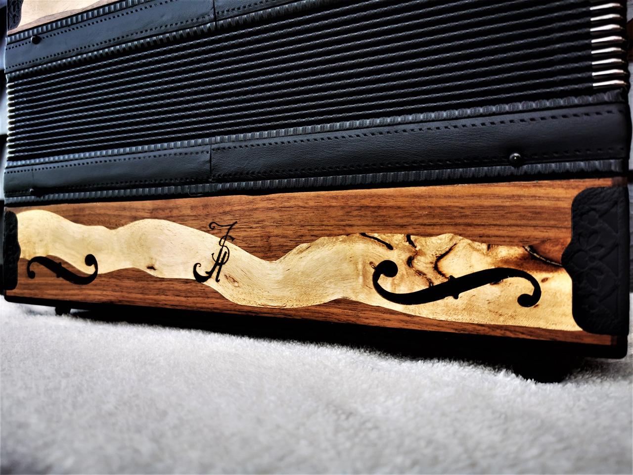Steirische Harmonika aus Weinreben-Holz Rückseite