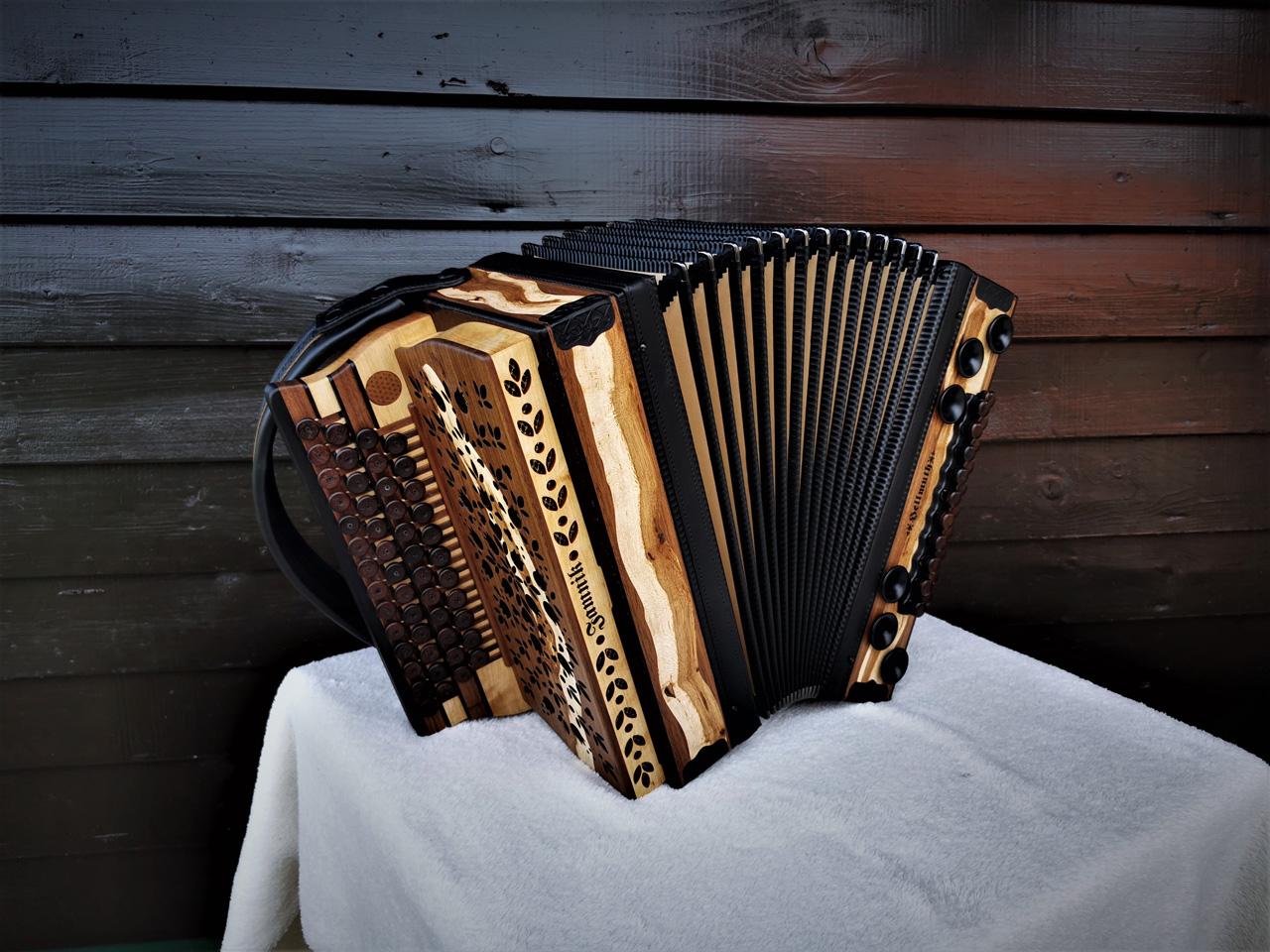 Steirische Harmonika aus Weinreben-Holz Balg