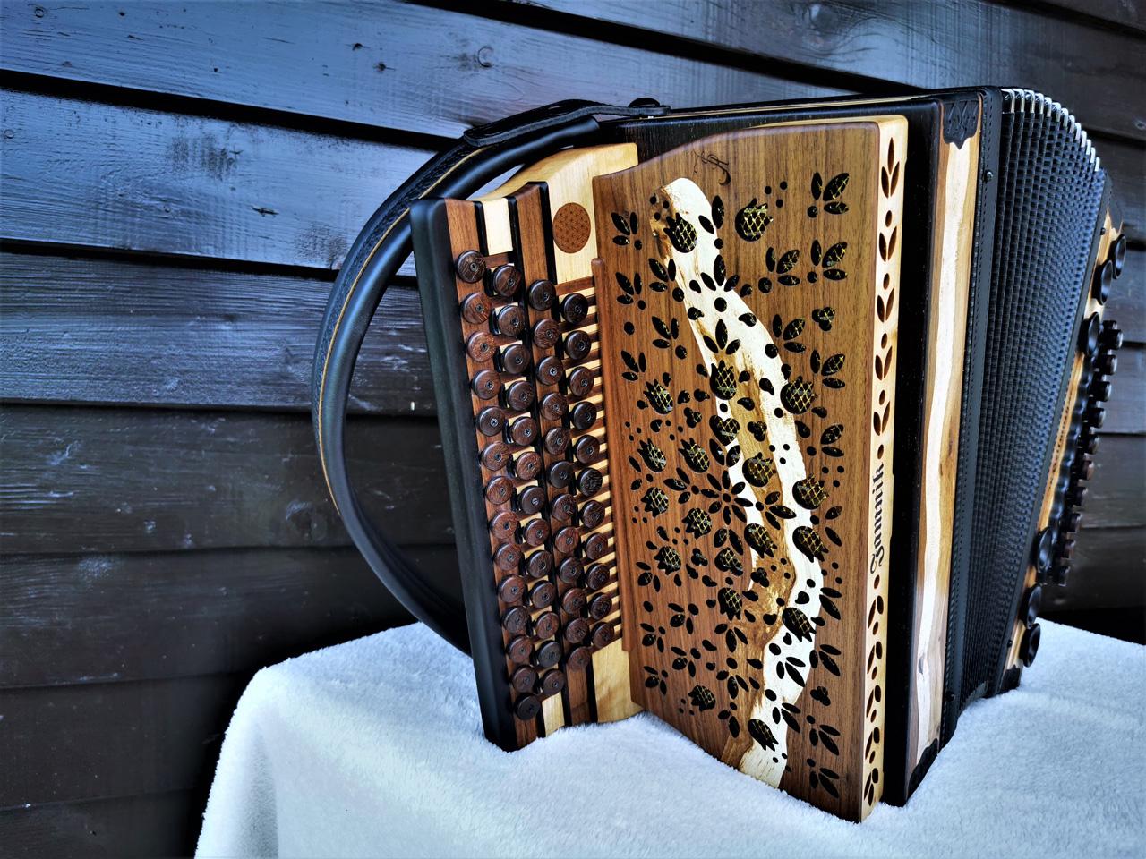 Steirische Harmonika aus Weinreben-Holz Diskantseite