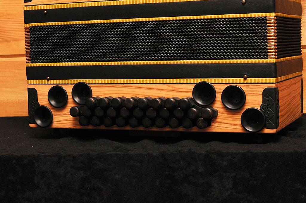 Jamnik Harmonika Olive Bassseite