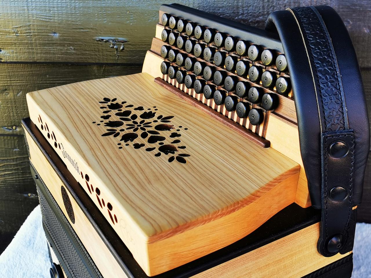 Steirische Harmonika aus Wildkirsche Diskantseite