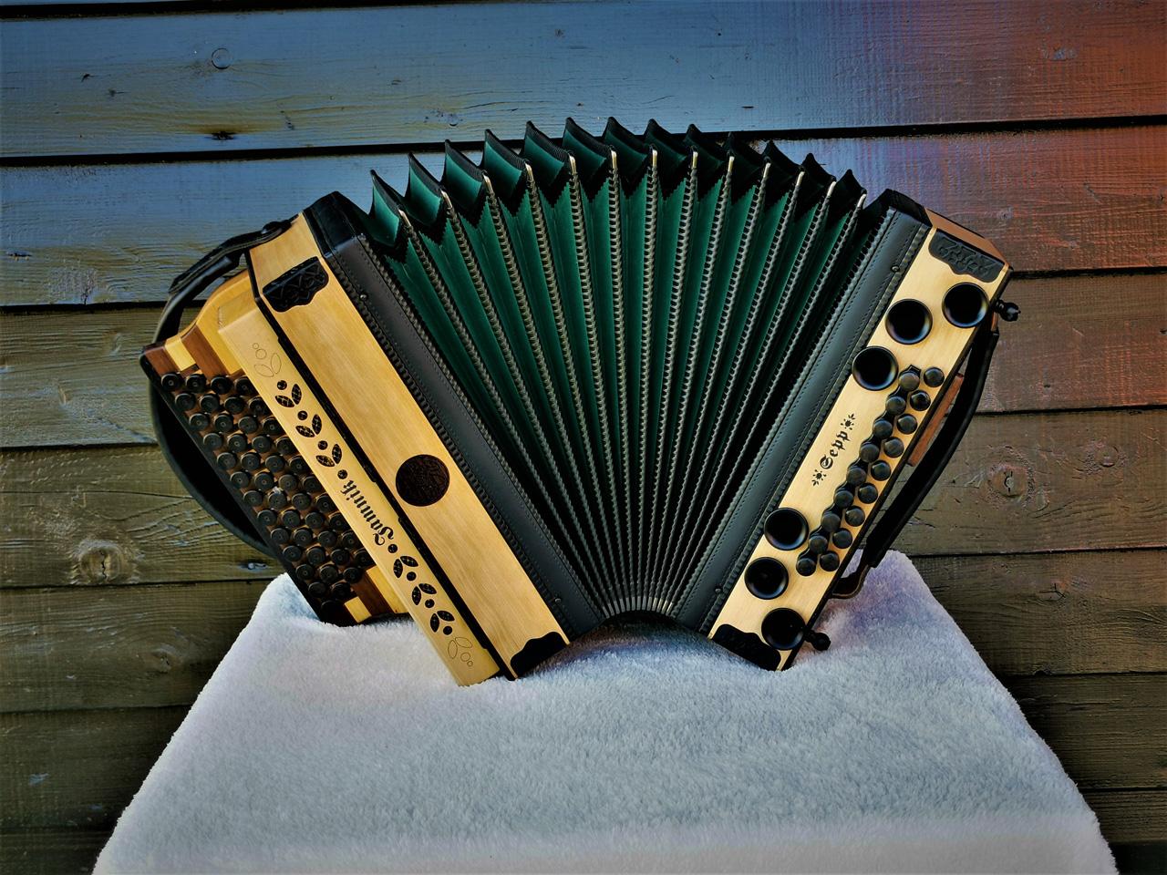 Steirische Harmonika aus Wildkirsche offener Balg