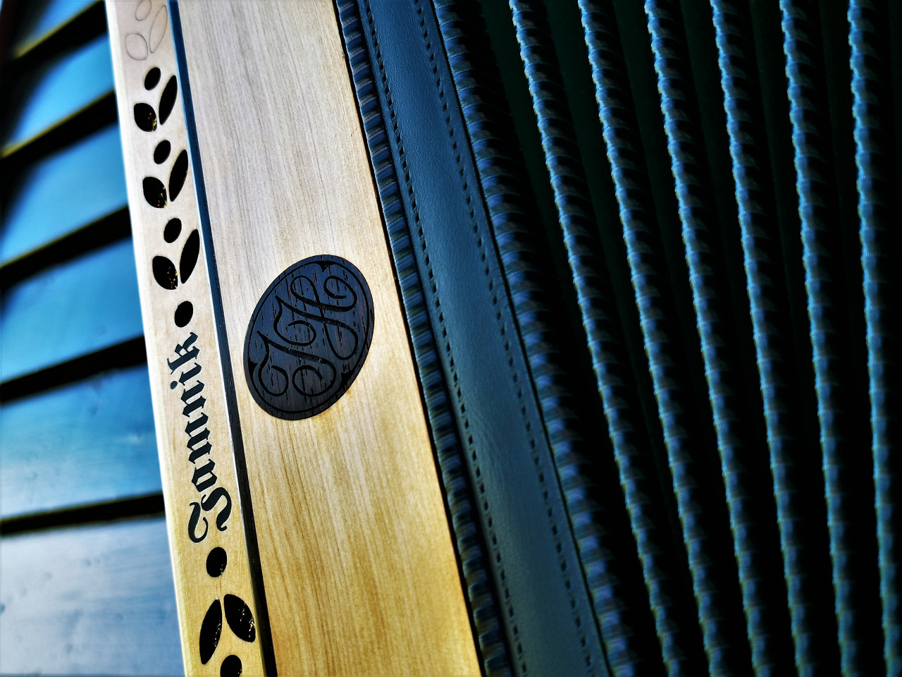 Steirische Harmonika aus Wildkirsche Dekor
