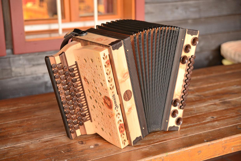 Frontansicht Steirische Harmonika aus Zirbe