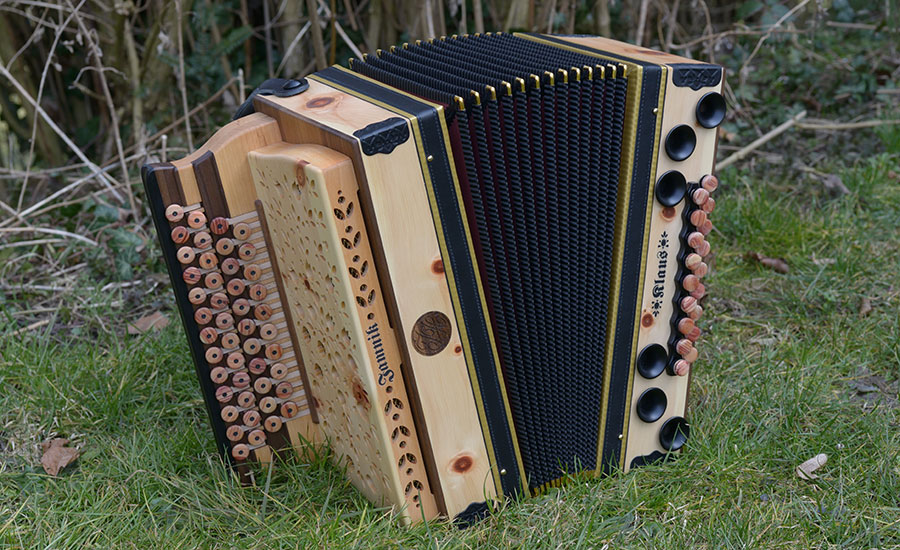 Steirische Harmonika Zirbe von vorne