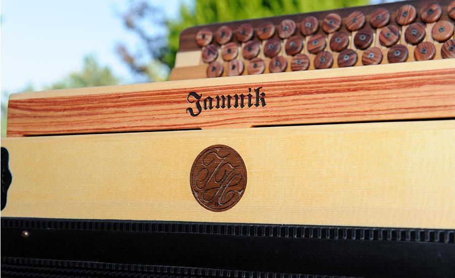 Jamonika mit Logo