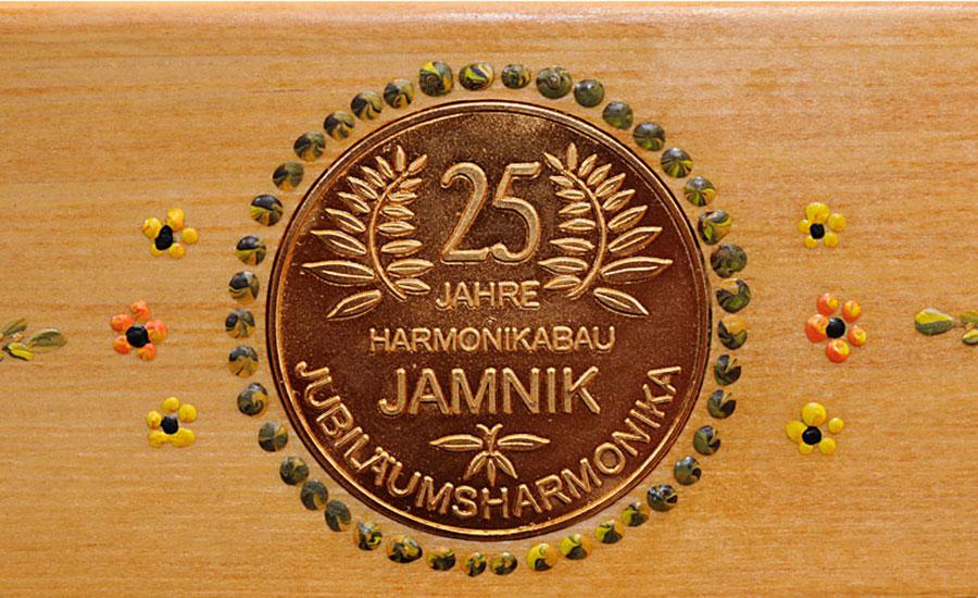 Jubiläumsharmonika mit Bauernmalerei goldenes Logo