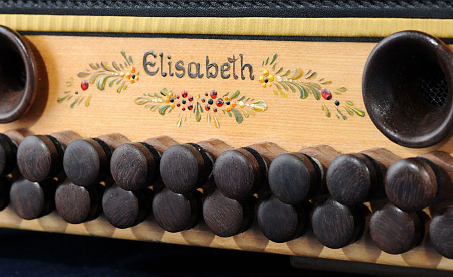 Jubiläumsharmonika mit Bauernmalerei Bassseite