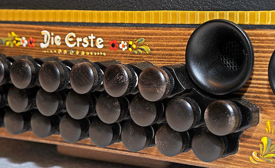 Weltpremiere Harmonika Bassseite Detail