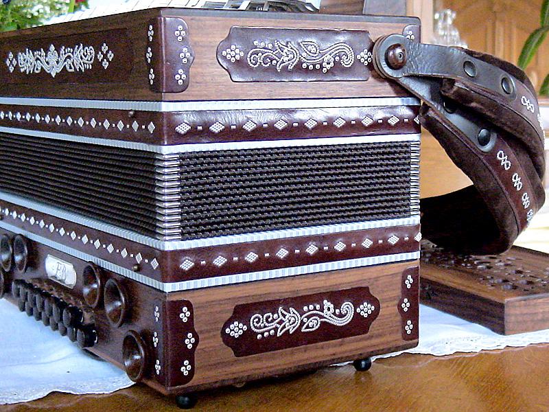 Harmonika mit Zinnstift-Arbeit von der Seite